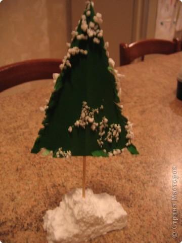 Первая елочка, это поделка для детского сада на уличную елку, высота без петельки 30см. Изготовлена она из клеенчатой скатерти, вырезаны два треугольника, прошито степлером и внутрь сын набил ломаный пенопласт, , край зашит аналогично, пришпилена мишура из хвостика которой  сделана петелька высотой около 20 см., пайетки и бусинки пришиты леской. (извиняюсь за ночную съемку)   фото 2