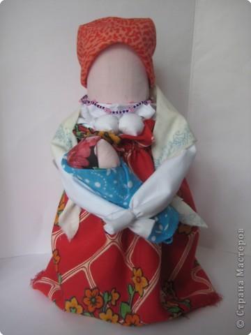 """Хочу показать еще одну куклу, она делается также, только платок завязывается назад концы, и плечи покрыты """"шалью"""", руки связаны и держит малыша-куклу..."""