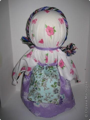 это обереговая кукла, она висела у дверей, когда ложились спать поварачивали на темную сторону, а когда просыпались на светлую... фото 2
