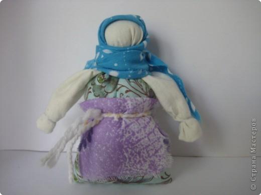 """Чтобы воздух в избе был чистый, изготавливали полезную куколку """"Кубышку-Травницу"""". Подвешивали ее там, где воздух застаивался или над колыбелью ребенка. Эта кукла наполнена душистой лекарственной травой. Куколку необходимо помять в руках, пошевелить, и по комнате разнесется травяной дух, который отгонит духов болезни. Через 2 года траву в куколке необходимо поменять. Именно так поступали наши предки. Кубышка-Травница до сих пор следит за тем, чтобы болезнь не проникла в дом. От нее исходит теплота, как от заботливой хозяйки. Она и защитница от злых духов болезни, и добрая утешница. фото 2"""