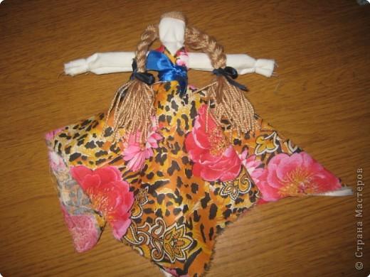 """Чтобы воздух в избе был чистый, изготавливали полезную куколку """"Кубышку-Травницу"""". Подвешивали ее там, где воздух застаивался или над колыбелью ребенка. Эта кукла наполнена душистой лекарственной травой. Куколку необходимо помять в руках, пошевелить, и по комнате разнесется травяной дух, который отгонит духов болезни. Через 2 года траву в куколке необходимо поменять. Именно так поступали наши предки. Кубышка-Травница до сих пор следит за тем, чтобы болезнь не проникла в дом. От нее исходит теплота, как от заботливой хозяйки. Она и защитница от злых духов болезни, и добрая утешница. фото 3"""