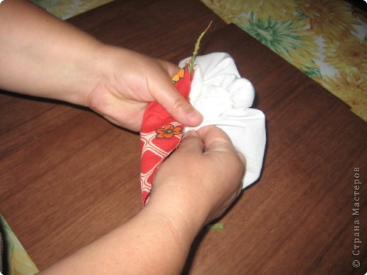 """Чтобы воздух в избе был чистый, изготавливали полезную куколку """"Кубышку-Травницу"""". Подвешивали ее там, где воздух застаивался или над колыбелью ребенка. Эта кукла наполнена душистой лекарственной травой. Куколку необходимо помять в руках, пошевелить, и по комнате разнесется травяной дух, который отгонит духов болезни. Через 2 года траву в куколке необходимо поменять. Именно так поступали наши предки. Кубышка-Травница до сих пор следит за тем, чтобы болезнь не проникла в дом. От нее исходит теплота, как от заботливой хозяйки. Она и защитница от злых духов болезни, и добрая утешница. фото 6"""