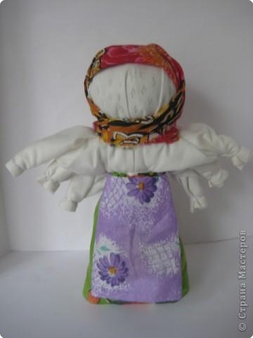 Это была кукла-шестиручница, изображавшая женщину-крестьянку, работающую во время дождя, когда особенно тяжело работать и не хватает рук. Это обрядовая кукла. Женщины носили ее по деревне, затем шли в лес и хоронили, украшая могилу цветами, – считали, что это избавит от ненастья. Если дожди не прекращались, куклу делали еще раз, большего размера (до 1,5 метра высотой), и хоронили с большими почестями. «Мокредина» была тряпичной, делалась по типу куклы-закрутки. Острым угольком или карандашом на ее лице рисовали кружочки, похожие на капли дождя; украшали ее травой «кукушкины слезы», лопухами, цветами, зелеными листьями березы и веточками деревьев.