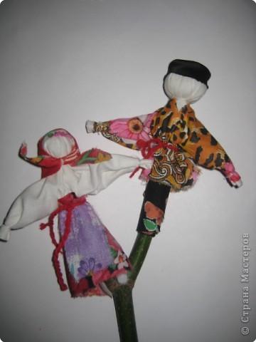 """Кукла """"Мировое дерево"""" Сейчас невозможно представить себе свадебное застолье без огромного свадебного торта, а традиции вот откуда. Раньше к свадьбе в доме невесты утром в день венчания пекли особый свадебный пирог. Обычно в его приготовлении участвовали все девушки и молодые женщины деревни. Готовый пирог обильно украшали выпеченными фигурками птиц и зверей, а часто и человечков, символизировавших подружек жениха и невесты. В центре пирога возвышалась воткнутая березовая рогатина, украшенная куколками, изображавшими жениха и невесту. Ее символизм означает следующее. В старину у славян мир уподоблялся дереву, корни символизировали подземное царство, ствол – мир живых людей, крона – небеса (Мировое дерево). Рождение новой семьи уподоблялось рождению Мирового дерева жизни. Свадебный пирог торжественно перевозился в дом жениха, куски его раздавались родне жениха и невесты, в чем виделось единение породнившихся семей, а середину пирога с Мировым деревом получали молодые. Кукла «Мировое дерево» изготавливается без сшивания иглой, «чтобы счастье не зашить». Подруги зорко следили друг за другом, чтобы ритуальные фигурки не отвернулись друг от друга. После свадьбы Мировое дерево занимало почетное место в избе рядом с другими хранимыми в семье куклами.  фото 1"""