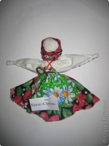 """Кукла «Веничек» считалось, что помогает в хозяйстве. Если что-то не спорилось, то хозяйке надо было состряпать куклу Веничек, и дела домашние шли на лад. Эта полезная кукла была легка в исполнении: брали лыко, перевязывали наподобие маленького веничка и украшали цветными лентами. Иногда куклу наряжали в передник и платок. Если в доме были неприятности, хозяйка куклой, как маленьким веничком выметала """"сор"""" (неприятности) из дома через окна и дверь. Дома в этот момент никого не должно было быть. Куколка хранилась в укромном месте.  фото 2"""
