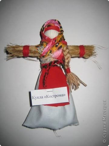 """Кукла «Веничек» считалось, что помогает в хозяйстве. Если что-то не спорилось, то хозяйке надо было состряпать куклу Веничек, и дела домашние шли на лад. Эта полезная кукла была легка в исполнении: брали лыко, перевязывали наподобие маленького веничка и украшали цветными лентами. Иногда куклу наряжали в передник и платок. Если в доме были неприятности, хозяйка куклой, как маленьким веничком выметала """"сор"""" (неприятности) из дома через окна и дверь. Дома в этот момент никого не должно было быть. Куколка хранилась в укромном месте.  фото 3"""