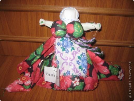 """Кукла «Веничек» считалось, что помогает в хозяйстве. Если что-то не спорилось, то хозяйке надо было состряпать куклу Веничек, и дела домашние шли на лад. Эта полезная кукла была легка в исполнении: брали лыко, перевязывали наподобие маленького веничка и украшали цветными лентами. Иногда куклу наряжали в передник и платок. Если в доме были неприятности, хозяйка куклой, как маленьким веничком выметала """"сор"""" (неприятности) из дома через окна и дверь. Дома в этот момент никого не должно было быть. Куколка хранилась в укромном месте.  фото 5"""
