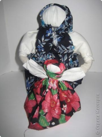 Ведучка - это тип деревянной куклы или скрутки из ткани.Раньше такие фигурки изображали кормилицу, ведущую малыша, - отсюда и название ведучка (ведущая в жизнь).   Голова - как всегда квадрат. В середку вата - голова, потом грудь. Пришиваете сарафан - обычный прямоугольник.  Рукава получаются отдельно, но главное-  свертываете трубочку из ткани и пришиваете её к маленькой девочке так, чтобы эта трубочка была одна на двоих, продолжением… Рукава пришиваются. Руки - скрученный туго прямоугольник, который прошивается по краю, чтобы не разошелся, потайным стежком.  Маленькая девочка - точная копия самой ведучки.