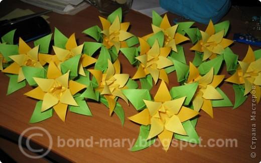 Кусудама собирается на ниточке. Каждый цветок состоит из 3-х модулей: зеленый, темно-желтый, светло-желтый, - они между собой соединяются с помощью клея (3 модуля => 1 цветочек) фото 3