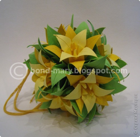 Кусудама собирается на ниточке. Каждый цветок состоит из 3-х модулей: зеленый, темно-желтый, светло-желтый, - они между собой соединяются с помощью клея (3 модуля => 1 цветочек) фото 1