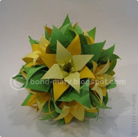 Кусудама собирается на ниточке. Каждый цветок состоит из 3-х модулей: зеленый, темно-желтый, светло-желтый, - они между собой соединяются с помощью клея (3 модуля => 1 цветочек) фото 2