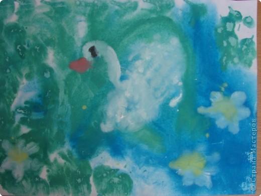 А белый лебедь на пруду
