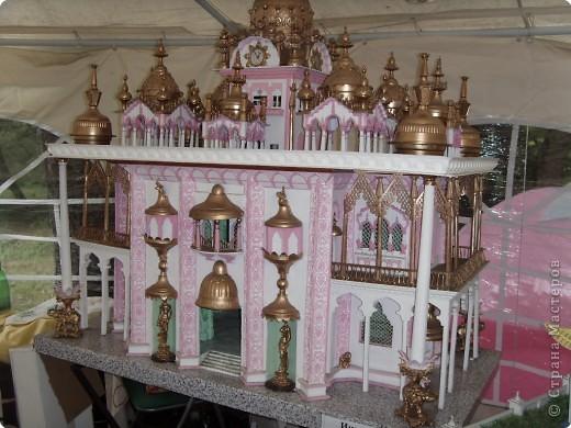 Глядя на миниатюрные создания, что нам показала Людмила вспомнила, что когда ездили в горы отдыхать видели там в палатке выставку храмов мира.К сожалению не запомнила фамилии авторов этих шедевров.Прошу у них прощения за это.Индийский храм. фото 1