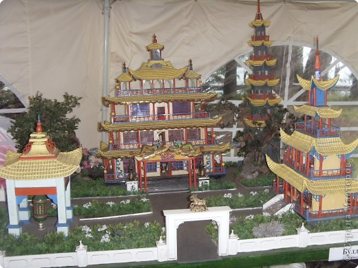 Глядя на миниатюрные создания, что нам показала Людмила вспомнила, что когда ездили в горы отдыхать видели там в палатке выставку храмов мира.К сожалению не запомнила фамилии авторов этих шедевров.Прошу у них прощения за это.Индийский храм. фото 3