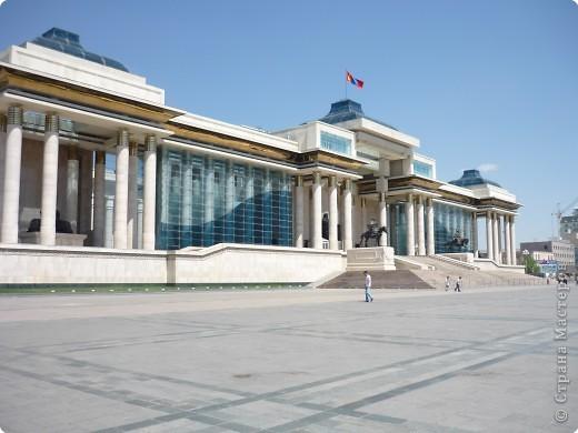 42-х метровая статуя Чингис- хана. Монголы почитают Чингис-хана как величайшего героя и реформатора, почти как воплощение божества. фото 3