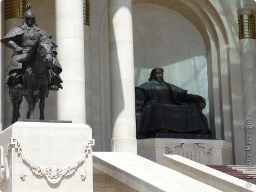 42-х метровая статуя Чингис- хана. Монголы почитают Чингис-хана как величайшего героя и реформатора, почти как воплощение божества. фото 4