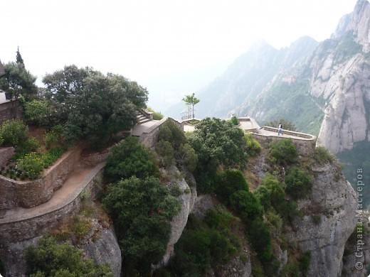 """Неподалеку от Барселоны, на горном массиве Монсеррат, на высоте 750 метров над уровнем моря, располагается Монсеррат - старейший монастырь Испании. Монастырь основан монахами - бенедиктинцами в начале XI века.  В Монсеррат хранится изображение покровительницы Каталонии """"Ла-Моренета"""", деревянная фигура Богоматери с младенцем. По-русски это можно перевести как Смуглянка или Черная Дева. фото 6"""