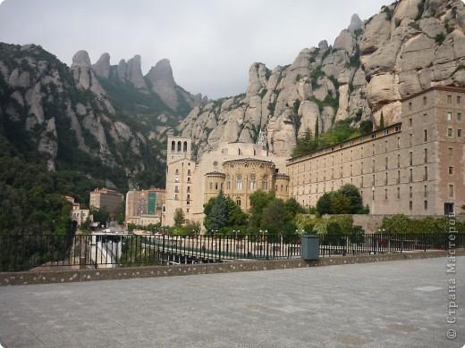 """Неподалеку от Барселоны, на горном массиве Монсеррат, на высоте 750 метров над уровнем моря, располагается Монсеррат - старейший монастырь Испании. Монастырь основан монахами - бенедиктинцами в начале XI века.  В Монсеррат хранится изображение покровительницы Каталонии """"Ла-Моренета"""", деревянная фигура Богоматери с младенцем. По-русски это можно перевести как Смуглянка или Черная Дева. фото 11"""