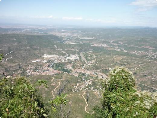 """Неподалеку от Барселоны, на горном массиве Монсеррат, на высоте 750 метров над уровнем моря, располагается Монсеррат - старейший монастырь Испании. Монастырь основан монахами - бенедиктинцами в начале XI века.  В Монсеррат хранится изображение покровительницы Каталонии """"Ла-Моренета"""", деревянная фигура Богоматери с младенцем. По-русски это можно перевести как Смуглянка или Черная Дева. фото 10"""