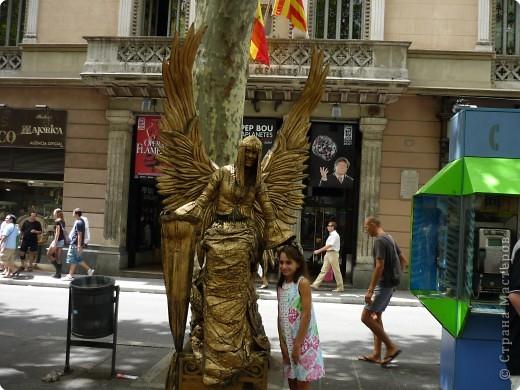 В этом году нам посчастливилось побывать в Испании.Самое большое впечатление оставила красавица Барселона.Она является столицей Каталонии.а Каталония- это одна из 17 автономных сообществ Испании. Бульвар Рамблас-  сердце Барселоны. Это одно из самых излюбленных мест для пешеходных прогулок не только каталонцев, но и туристов.  фото 13