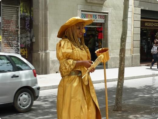 В этом году нам посчастливилось побывать в Испании.Самое большое впечатление оставила красавица Барселона.Она является столицей Каталонии.а Каталония- это одна из 17 автономных сообществ Испании. Бульвар Рамблас-  сердце Барселоны. Это одно из самых излюбленных мест для пешеходных прогулок не только каталонцев, но и туристов.  фото 12