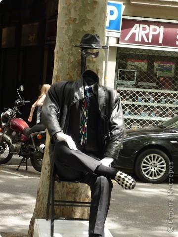 В этом году нам посчастливилось побывать в Испании.Самое большое впечатление оставила красавица Барселона.Она является столицей Каталонии.а Каталония- это одна из 17 автономных сообществ Испании. Бульвар Рамблас-  сердце Барселоны. Это одно из самых излюбленных мест для пешеходных прогулок не только каталонцев, но и туристов.  фото 10