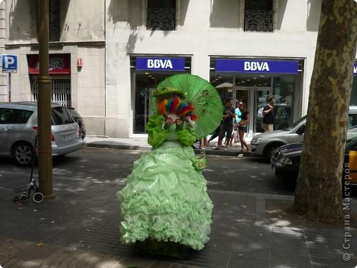 В этом году нам посчастливилось побывать в Испании.Самое большое впечатление оставила красавица Барселона.Она является столицей Каталонии.а Каталония- это одна из 17 автономных сообществ Испании. Бульвар Рамблас-  сердце Барселоны. Это одно из самых излюбленных мест для пешеходных прогулок не только каталонцев, но и туристов.  фото 9