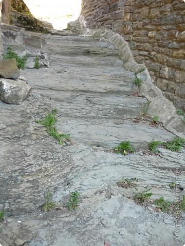 Селение  Рупит лежит на базальтовой скале, на высоте 890 м. над уровнем моря, на территории национального парка вулканического происхождения.  фото 6