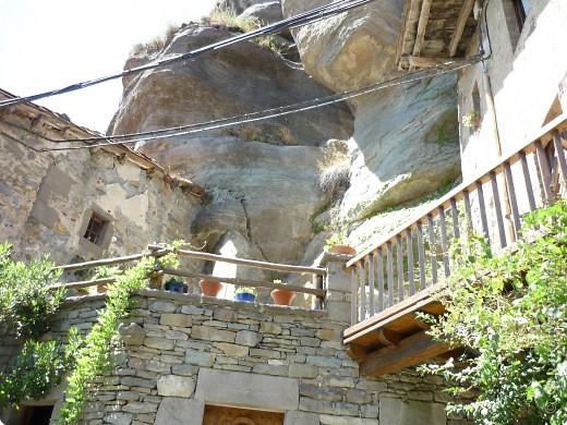 Селение  Рупит лежит на базальтовой скале, на высоте 890 м. над уровнем моря, на территории национального парка вулканического происхождения.  фото 10