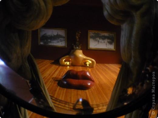 Сальвадор Дали- самый богатый в мире художник,самый известный в мире каталонец.. Он родился, жил, творил и умер в Фигейрасе, осуществив самый грандиозный проект своей жизни: «Театр-Музей».   Громадные яйца покрывающие крышу музея - это любимейшие символы Дали , которые он считал основой жизни… фото 12