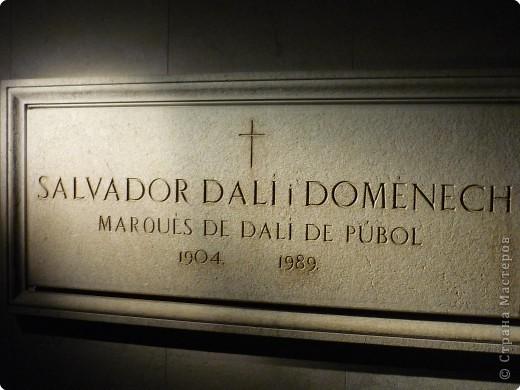 Сальвадор Дали- самый богатый в мире художник,самый известный в мире каталонец.. Он родился, жил, творил и умер в Фигейрасе, осуществив самый грандиозный проект своей жизни: «Театр-Музей».   Громадные яйца покрывающие крышу музея - это любимейшие символы Дали , которые он считал основой жизни… фото 10
