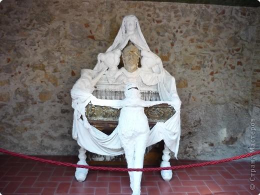 Сальвадор Дали- самый богатый в мире художник,самый известный в мире каталонец.. Он родился, жил, творил и умер в Фигейрасе, осуществив самый грандиозный проект своей жизни: «Театр-Музей».   Громадные яйца покрывающие крышу музея - это любимейшие символы Дали , которые он считал основой жизни… фото 13