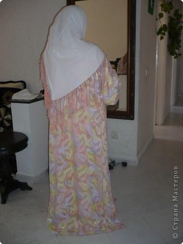У нас в гостях тётя моего мужа .  И сегодня я познакомила её со Страной  которую люблю посещать. Реакция- восторг!!! По определённым причинам тётя не пожелала показать своего лица \я думаю Вы простите её за это\ , зато она с огромным желанием согласилась поделиться с Вами своим творчеством. Это повседневная одежда мароканки називается-ткшита. фото 1