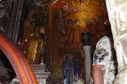 """Неподалеку от Барселоны, на горном массиве Монсеррат, на высоте 750 метров над уровнем моря, располагается Монсеррат - старейший монастырь Испании. Монастырь основан монахами - бенедиктинцами в начале XI века.  В Монсеррат хранится изображение покровительницы Каталонии """"Ла-Моренета"""", деревянная фигура Богоматери с младенцем. По-русски это можно перевести как Смуглянка или Черная Дева. фото 4"""