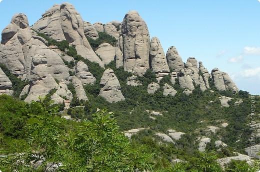 """Неподалеку от Барселоны, на горном массиве Монсеррат, на высоте 750 метров над уровнем моря, располагается Монсеррат - старейший монастырь Испании. Монастырь основан монахами - бенедиктинцами в начале XI века.  В Монсеррат хранится изображение покровительницы Каталонии """"Ла-Моренета"""", деревянная фигура Богоматери с младенцем. По-русски это можно перевести как Смуглянка или Черная Дева. фото 7"""
