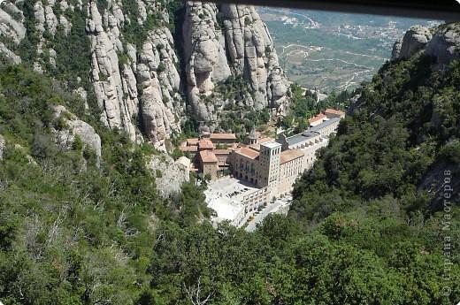 """Неподалеку от Барселоны, на горном массиве Монсеррат, на высоте 750 метров над уровнем моря, располагается Монсеррат - старейший монастырь Испании. Монастырь основан монахами - бенедиктинцами в начале XI века.  В Монсеррат хранится изображение покровительницы Каталонии """"Ла-Моренета"""", деревянная фигура Богоматери с младенцем. По-русски это можно перевести как Смуглянка или Черная Дева. фото 1"""
