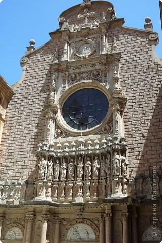 """Неподалеку от Барселоны, на горном массиве Монсеррат, на высоте 750 метров над уровнем моря, располагается Монсеррат - старейший монастырь Испании. Монастырь основан монахами - бенедиктинцами в начале XI века.  В Монсеррат хранится изображение покровительницы Каталонии """"Ла-Моренета"""", деревянная фигура Богоматери с младенцем. По-русски это можно перевести как Смуглянка или Черная Дева. фото 13"""