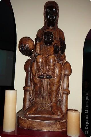 """Неподалеку от Барселоны, на горном массиве Монсеррат, на высоте 750 метров над уровнем моря, располагается Монсеррат - старейший монастырь Испании. Монастырь основан монахами - бенедиктинцами в начале XI века.  В Монсеррат хранится изображение покровительницы Каталонии """"Ла-Моренета"""", деревянная фигура Богоматери с младенцем. По-русски это можно перевести как Смуглянка или Черная Дева. фото 2"""