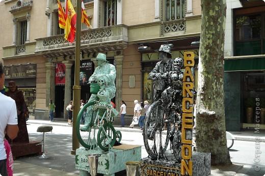 В этом году нам посчастливилось побывать в Испании.Самое большое впечатление оставила красавица Барселона.Она является столицей Каталонии.а Каталония- это одна из 17 автономных сообществ Испании. Бульвар Рамблас-  сердце Барселоны. Это одно из самых излюбленных мест для пешеходных прогулок не только каталонцев, но и туристов.  фото 8