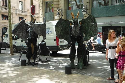 В этом году нам посчастливилось побывать в Испании.Самое большое впечатление оставила красавица Барселона.Она является столицей Каталонии.а Каталония- это одна из 17 автономных сообществ Испании. Бульвар Рамблас-  сердце Барселоны. Это одно из самых излюбленных мест для пешеходных прогулок не только каталонцев, но и туристов.  фото 5