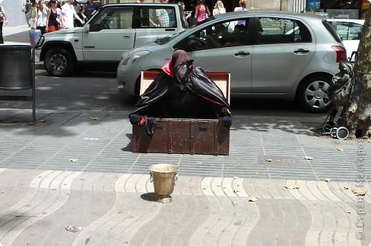 В этом году нам посчастливилось побывать в Испании.Самое большое впечатление оставила красавица Барселона.Она является столицей Каталонии.а Каталония- это одна из 17 автономных сообществ Испании. Бульвар Рамблас-  сердце Барселоны. Это одно из самых излюбленных мест для пешеходных прогулок не только каталонцев, но и туристов.  фото 4