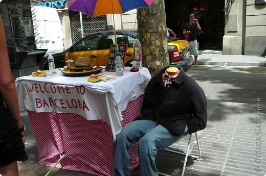 В этом году нам посчастливилось побывать в Испании.Самое большое впечатление оставила красавица Барселона.Она является столицей Каталонии.а Каталония- это одна из 17 автономных сообществ Испании. Бульвар Рамблас-  сердце Барселоны. Это одно из самых излюбленных мест для пешеходных прогулок не только каталонцев, но и туристов.  фото 3