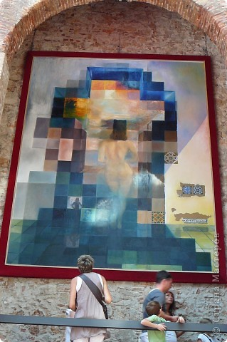 Сальвадор Дали- самый богатый в мире художник,самый известный в мире каталонец.. Он родился, жил, творил и умер в Фигейрасе, осуществив самый грандиозный проект своей жизни: «Театр-Музей».   Громадные яйца покрывающие крышу музея - это любимейшие символы Дали , которые он считал основой жизни… фото 7