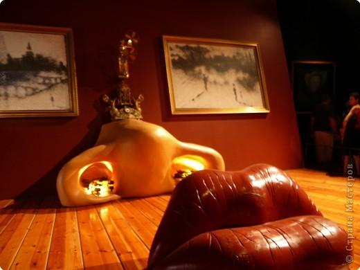 Сальвадор Дали- самый богатый в мире художник,самый известный в мире каталонец.. Он родился, жил, творил и умер в Фигейрасе, осуществив самый грандиозный проект своей жизни: «Театр-Музей».   Громадные яйца покрывающие крышу музея - это любимейшие символы Дали , которые он считал основой жизни… фото 11