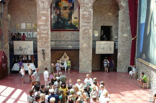 Сальвадор Дали- самый богатый в мире художник,самый известный в мире каталонец.. Он родился, жил, творил и умер в Фигейрасе, осуществив самый грандиозный проект своей жизни: «Театр-Музей».   Громадные яйца покрывающие крышу музея - это любимейшие символы Дали , которые он считал основой жизни… фото 6