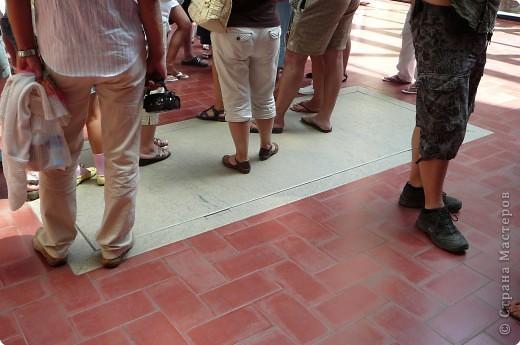 Сальвадор Дали- самый богатый в мире художник,самый известный в мире каталонец.. Он родился, жил, творил и умер в Фигейрасе, осуществив самый грандиозный проект своей жизни: «Театр-Музей».   Громадные яйца покрывающие крышу музея - это любимейшие символы Дали , которые он считал основой жизни… фото 9