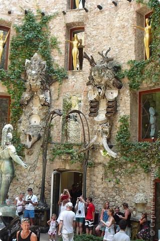 Сальвадор Дали- самый богатый в мире художник,самый известный в мире каталонец.. Он родился, жил, творил и умер в Фигейрасе, осуществив самый грандиозный проект своей жизни: «Театр-Музей».   Громадные яйца покрывающие крышу музея - это любимейшие символы Дали , которые он считал основой жизни… фото 3