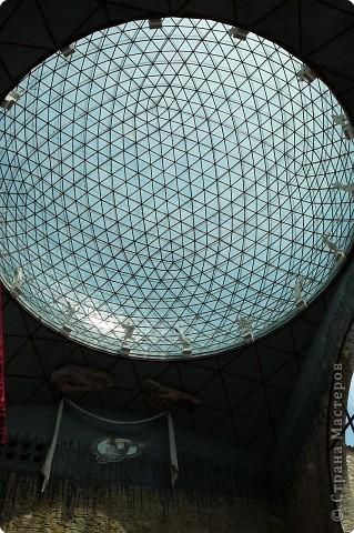 Сальвадор Дали- самый богатый в мире художник,самый известный в мире каталонец.. Он родился, жил, творил и умер в Фигейрасе, осуществив самый грандиозный проект своей жизни: «Театр-Музей».   Громадные яйца покрывающие крышу музея - это любимейшие символы Дали , которые он считал основой жизни… фото 8