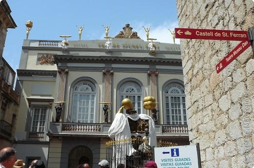 Сальвадор Дали- самый богатый в мире художник,самый известный в мире каталонец.. Он родился, жил, творил и умер в Фигейрасе, осуществив самый грандиозный проект своей жизни: «Театр-Музей».   Громадные яйца покрывающие крышу музея - это любимейшие символы Дали , которые он считал основой жизни… фото 2