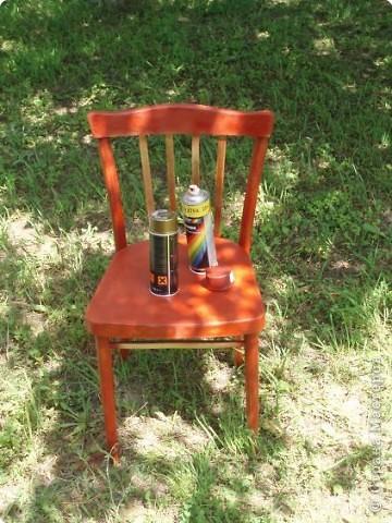 После того как вы нашли свой стул на даче, у соседей или во дворе (как я). Его необходимо отмыть и зашкурить. Если у супруга есть шлиф-машина - прекрасно, все крупные поверхности шкурим машиной, а мелкие детали обычной шкуркой (сначала 80, потом 150). Если машинки нет, тогда муж все шкурит сам, пока не купит машинку. фото 2